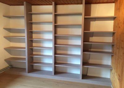 Bibliothèque ajustée au mur en sapin blanc lasuré verni mat